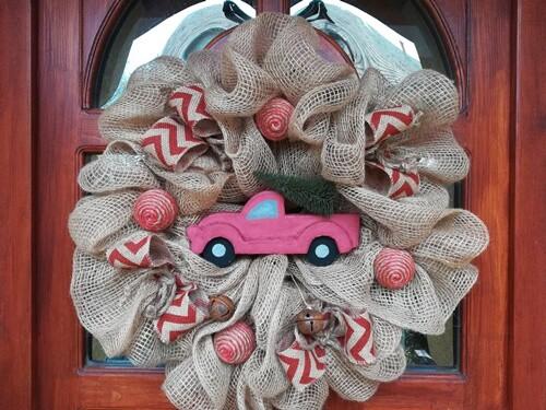 Piros autós karácsonyi ajtókopogtató